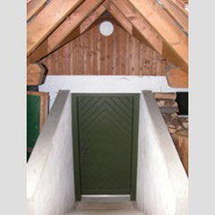 Das Haus verfügt über einen Eingang auf der Hinterseite des Hauses, was besonders bei Lagern sehr praktisch ist, da dieser direkt zur Schuhablage und Garderobe führt, womit wenig Schmutz ins Haus geschleppt wird.