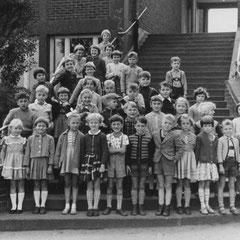 Das Foto zeigt den Einschulungsjahrgang 1959 ( Klassenlehrer Herr Peter ).