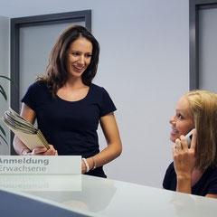 Anmeldebereich mit Lia Kestler-Lazzarin und Nina Klimm