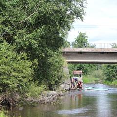 Проводим байды против течения под мостом