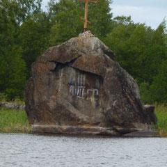 Камень с крестом на приозерском плесе