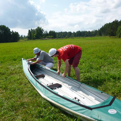 Собираем байдарки на берегу озера Отрадное