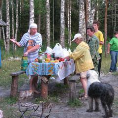 Голодный народ спешит приготовить ужин