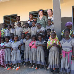 Die erste Schulklasse, im Hintergrund Mme Ouedraogo, die Schulgründerin