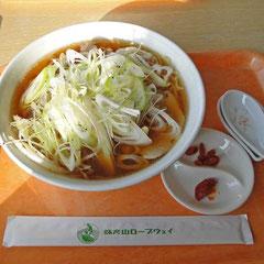 ネギチャーシュー麺 山盛りネギに辛味噌とクコの実付き