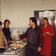 Das Ausräumkommando stärkt sich in der Schulküche. Dieter Blefgen hat die aktuelle Bildzeitung dabei.
