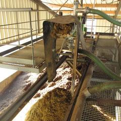 Le séparateur se déplace sur des rails au dessus de l'aire de compostage.