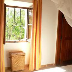 Schlafraum links vom Eingang; alle Fenster sind vergittert