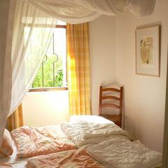 Schlafraum rechts vom Eingang; alle Betten mit großen Mückennetzen