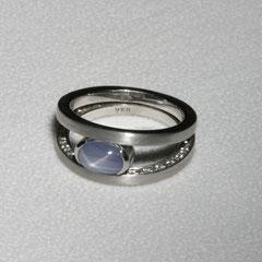 Ring mit Sternsaphir und Diamanten, Weißgold