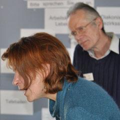 Beim Beraten: Walter Probst und Monika Schmied-Plantikow von Kultur für Alle am Stand in der Vesperkirche Nürtingen, Foto: Manuel Werner