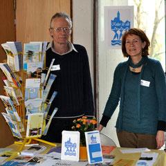 Walter Probst und Monika Schmied-Plantikow von Kultur für Alle am Stand in der Vesperkirche Nürtingen,  Foto: Manuel Werner