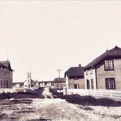 Baie Ste-Claire. On voit Mme Bourette. On voit aussi la maison de Joseph-Élie Trépanier à droite de la chapelle, au milieu.