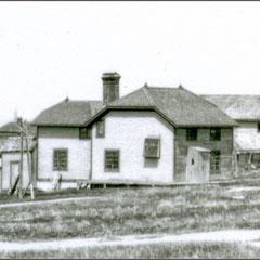 Baie Ste-Claire à l'abandon, 1930. On aperçoit la maison du docteur et à droite, le moulin à scie, puis en arrière plan, d'autres ateliers de travail, menuiserie, forge, etc.