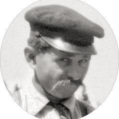 Bernard Lejeune en 1909 (né à l'île d'Anticosti en 1875) . Sa mère Éliza Belliveau était la cusinière du château Menier. Bernard et son frère Joseph étaient domestiques-jardiniers, gardiens et cochers. Bon trappeurs, ils servaient de guide aux visiteurs.