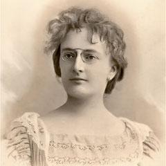 Jeanne Amélie Mangeot, femme du gouverneur Lucien  Comettant, Elle était la fille de Alfred Mangeot, fabricant de piano à Nancy. Elle s'est mariée à Nancy (Meurthe et Moselle) le 7 décembre 1878