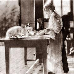 Éliza Belliveau (veuve très tôt de Bernard Lejeune) était la cuisinière du château. Sa fille Élisa l'aidait dans cette tâche. Ses deux fils Bernard et Joseph s'occupaient de l'entretien. La famille habitait la maison Gamache.