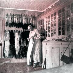 Le Dr Joseph Schmitt dans le laboratoire de l'hôpital de Baie Ste-Claire. Médecin, chirurgien, pharmacien et vétérinaire sur Anticosti de 1896 à mai 1908. Il demeura ensuite à Québec avec son épouse Marie-Adéline Champin.