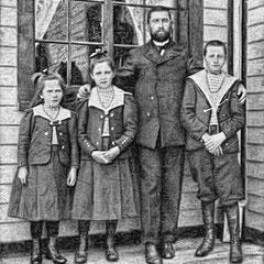 Jean-Marie Picard, chef d'agriculture, et ses enfants Espérance, Jeanne et Jean. En 1902, ils avaient 6, 9, 12 et 37 ans.