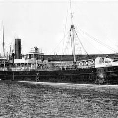 Le Savoy (bateau à vapeur de transport du personnel et de la marchandise Québec-Anticosti durant la période de Menier) devant les entrepôts Anticosti au bassin Louise de Québec.