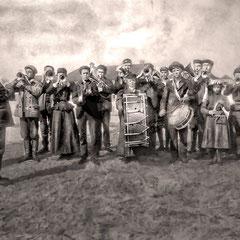 L'abbé Louis-Émilien Boily et Lucien Comettant, la fanfare, L'abbé Boily est né à St-Agnès dans Charlevoix en 1866.  Il fut curé de Baie-Ste-Claire de 1898 à 1900. Tois des filles de Lucien Comettant jouent, au triangle, à la grosse caisse et au cornet.
