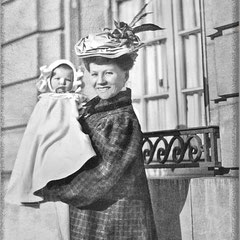 Simone Lavigne (1879-1930) épouse de Fernand Le Bailly et bébé Suzanne (1906-1946) elle a séjourné avec son mari sur l'île Anticosti. Photo prise à Paris en 1906.