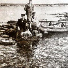 Baie Ste-Claire, canot sauvage sur le récif ouest. À gauche, Émile Nadeau. Lucien Comettant (debout), Fernand Le Bailly (à droite) marié à Simone Lavigne, fille de Blanche Comettant  qui est la soeur de Lucien. Fernand est arrivé sur l'ile en 1896