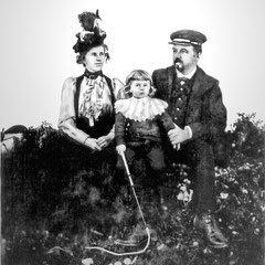 M. Raoul Landrieux, chef comptable et sa femme Mathilda Ferland de Ste-Pétronille (Ile d'Orléans), Pierre, né le 4 juillet 1897. Ils quittère l'ile pour Québec en 1904. Ils se marièrent sur l'ile le 29 sept. 1896.