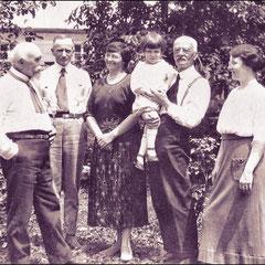 De droite à gauche: Georgette Comettant, Lucien Comettant, Lucien Laurin, Renée Comettant, Henri Paquet, photo prise en France vers 1920.