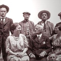 Joseph Laurin (mari de Georgette Comettant), Henri Paquet (marié à Renée Comettant) et deux amis dont M. Landrieux à droite. Lucien Comettant est ici entouré de Georgette à gauche et de Renée à droite. À l'avant plan, un des quatre enfants de Renée