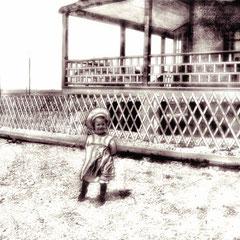Jeanne Comettant (1899-1982), fille de L.O. Comettant devant la maison du gouverneur à baie Ste-Claire
