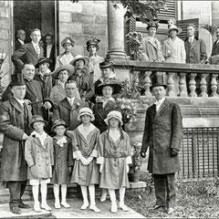 Mariage de Georgette Comettant avec Joseph Laurin en 1916. Renée Comettant et son mari Henri Paquet, leurs 4 enfants. Eudora Kirouac, soeur du frère Marie-Victorin et son mari Edouard Laurin. Joséphine Paquet, fille de Zéphirin Paquet, mère de Joseph.