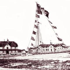 Baie Ste-Claire, sur la place centrale, les drapeaux et le canon