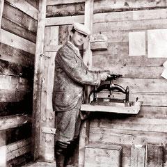 Fox Bay, Horatio Malouin, fils d'Alfred Malouin, employé de l'administration.  Il fut gardien du phare de Pointe Ouest beaucoup plus tard dans les années 20