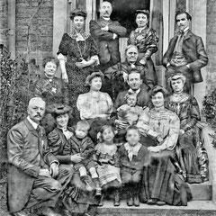 1er rangée: Lucien Comettant, Thérèse, (3 enfants ?), Renée. 2e rangée: Jeanne Mangeot, Marcelle, Henri Paquet, (femme?) 3e rangée: Georgette,  (4 adultes ?)