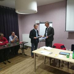 Gebietsstellenleider Dr. Schmid Bernhard gratuliert Höll Fred