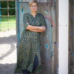 Portraitfoto einer Frau mit leicht verschränkten Armen in Hanau.