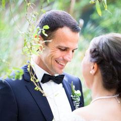 Inniger Moment beim Couple Shooting auf  der Hochzeitsfeier in der Fürstliche Remise Mittelgründau.