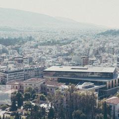 Athen aus der Vogelperspektive mit Blick von der Akropolis auf die Staatsbibliothek.