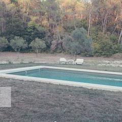 Ein Pool in der Provence mit Wald im Hintergrund by Travel Fotograf Roland Grosch.