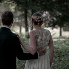 Das Brautpaar blickt in den Park des Schloss Philippsruhe Hanau.