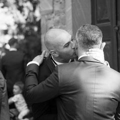 Der Bruderkuss bei der Hochzeit in Offenbach Rumpenheim. Fotoaufnahme vom Hochzeitsfotograf Hanau - Roland Grosch.