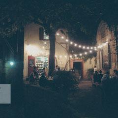 Kleines Städtchen in der Provence bei Nacht mit Lichterketten. Eine Bar mit Lichterketten. Fotografiert von Roland Grosch.