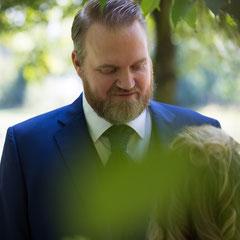 Paarshooting eines Hochzeitspaares im Schloss Philippsruhe Hanau. Der Bräutigam blickt der Braut tief in die Augen.