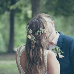 Hochzeits-Fotoshooting im Park Schloss Philippsruhe Hanau - Braut und Bräutigam küssen sich innig.