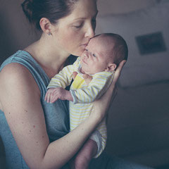 Newborn Shooting der Mutter mit dem Baby auf dem Arm in Dietesheim