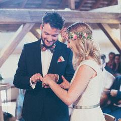 Ringübergabe bei der freien Trauung auf der Hochzeit am Kinzigheimer Hof. Aufgenommen vom Hochzeitsfotograf Hanau.