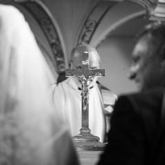 Ein stiller Moment während der kirchlichen Hochzeit in Offenbach Rumpenheim - das Kruzifix bedeckt das Gesicht des Priesters