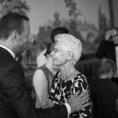 Die Oma des Bräutigams gratuliert ihm zur Hochzeit im Schloss Philippsruhe Hanau. Aufnahme vom Hochzeitsfotograf in Hanau Roland Grosch