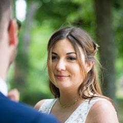 Hochzeits-Fotoshooting im Park Schloss Philippsruhe in Hanau. Die Braut blickt zu ihrem Mann.